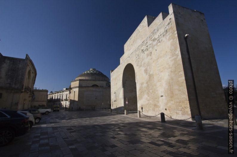 la Porta Napol et la Chiesa di Santa Maria della Porta. Photo © André M. Winter