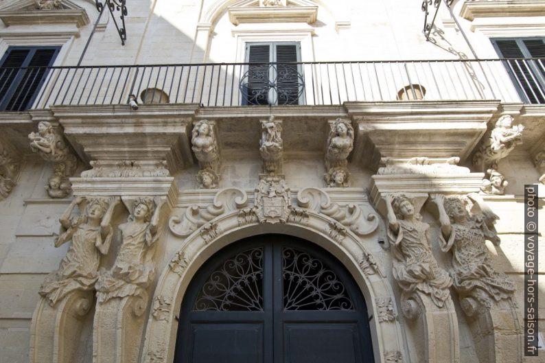 Porte et balcon baroque d'un palais de la Piazzeta Ignazio Falconieri. Photo © André M. Winter