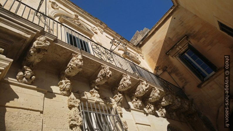 Modillons d'un balcon baroque d'un palais de la Piazzeta Ignazio Falconieri. Photo © André M. Winter
