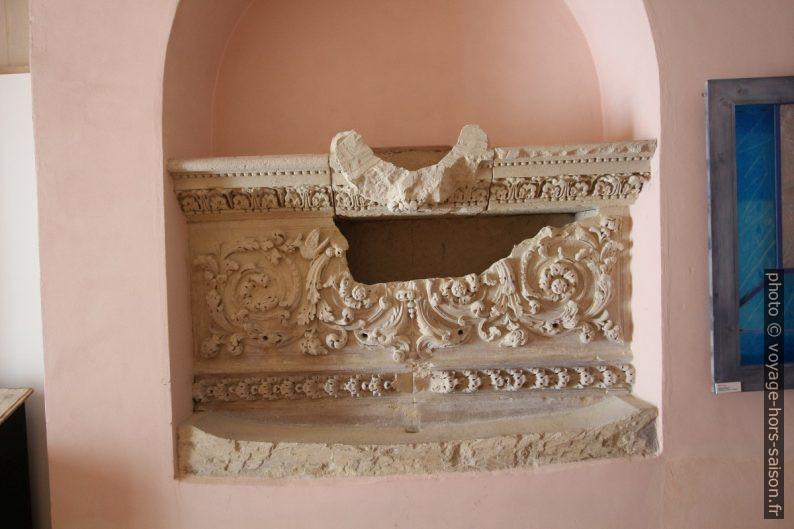 Un sarcophage dans le Museo di Arte Sacra. Photo © André M. Winter