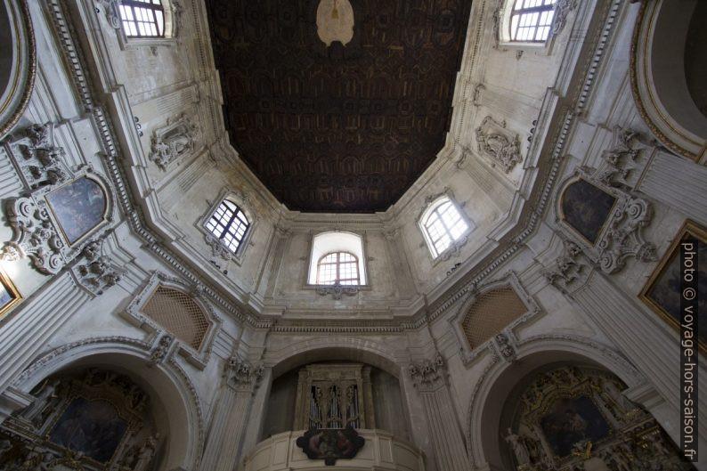 Fenêtre oblique de la façade principale de la Chiesa di Santa Chiara di Lecce. Photo © André M. Winter