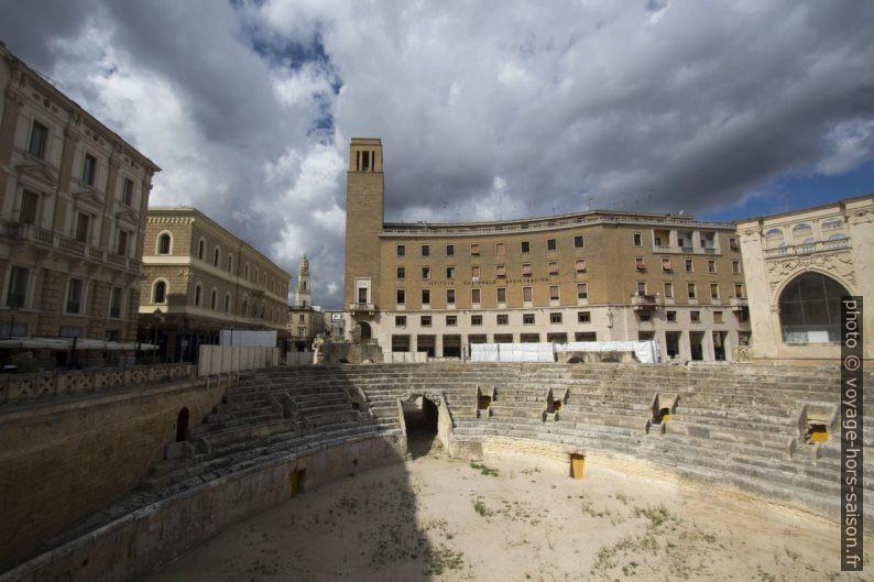 Le Palais de l'Istituto Nazionale Assicurazione de style fasciste et l'Amphithéâtre Romain de Lecce. Photo © André M. Winter