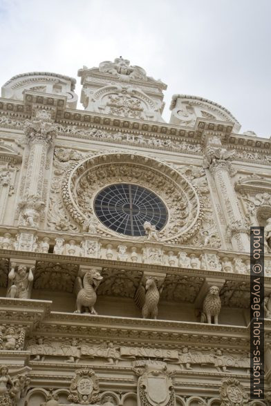 Rosette de la façade baroque de la Basilica di Santa Croce di Lecce. Photo © Alex Medwedeff