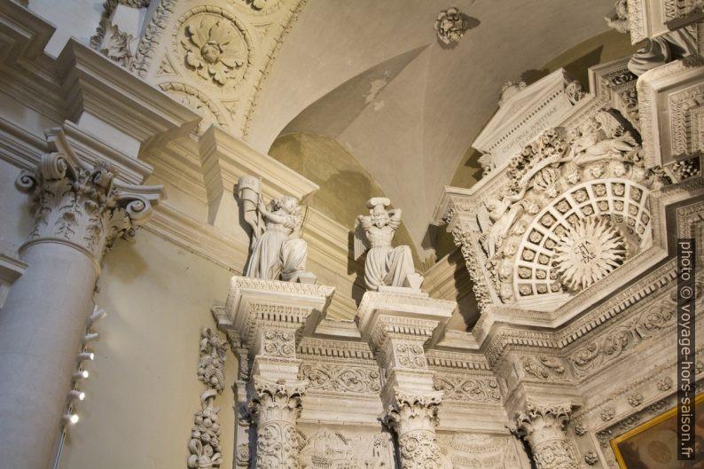 Détail de la chapelle latérale gauche de la Basilica di Santa Croce de Lecce. Photo © André M. Winter