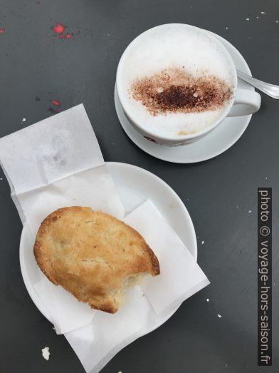 Dolce e cappuccino nel Caffè Palmieri. Photo © Alex Medwedeff