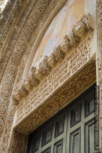 Texte latin sur le linteau de la porte de la Chiesa dei Santi Niccolò e Cataldo. Photo © Alex Medwedeff