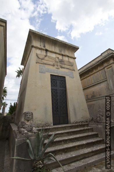 Une tombe de style égyptisant de l'ancien cimetière de Lecce. Photo © André M. Winter