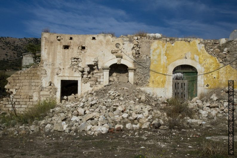 Ruine dans le village Nappitello au sud du Massif de Gargano. Photo © Alex Medwedeff