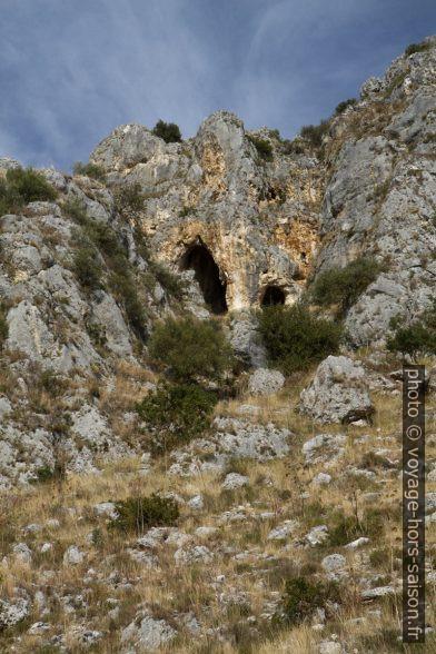 Grottes dans le versant gauche du Valle dell'Inferno. Photo © Alex Medwedeff