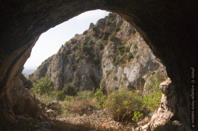 Vue d'une grotte dans le versant gauche du Valle dell'Inferno. Photo © André M. Winter