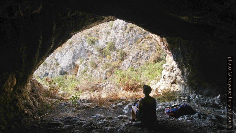 Alex dans une grotte du versant gauche du Valle dell'Inferno. Photo © André M. Winter
