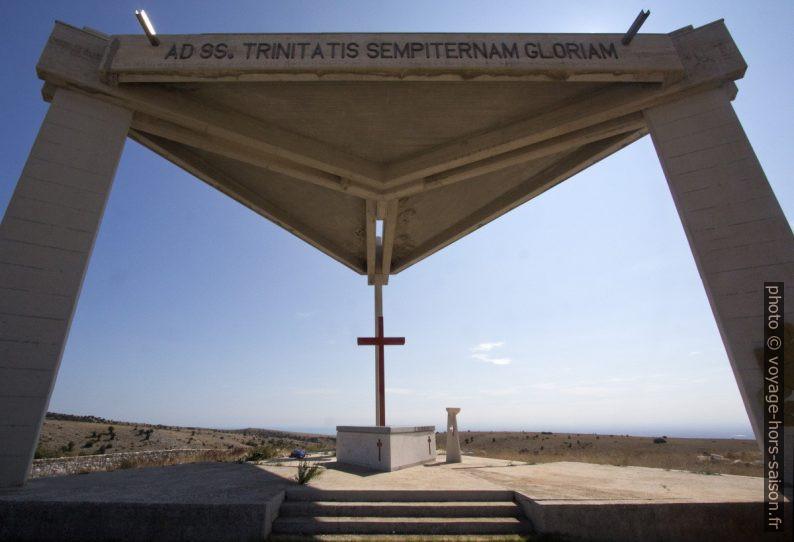 Toit triangulaire de l'autel monumental de San Camillo. Photo © André M. Winter