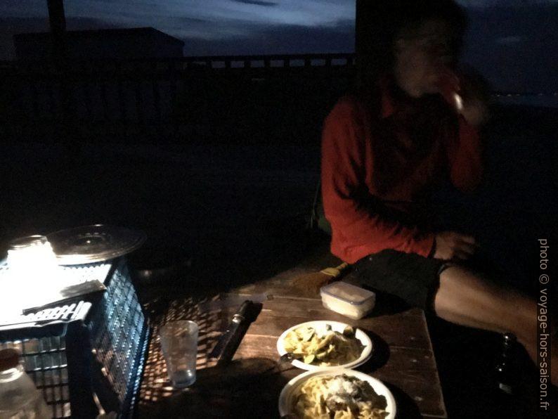 André au dîner sur Spiaggia paradiso della Isola Varano. Photo © Alex Medwedeff