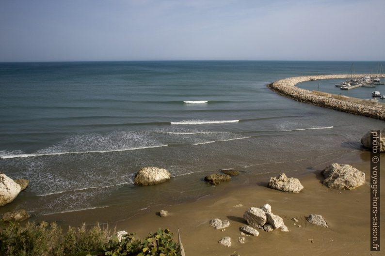 Spiaggia del leone et la jetée curviligne du port de Rodi Garganico. Photo © Alex Medwedeff