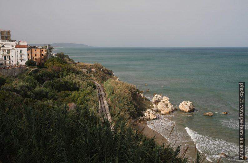 Le chemin de fer sous la ville de Rodi Garganico. Photo © Alex Medwedeff