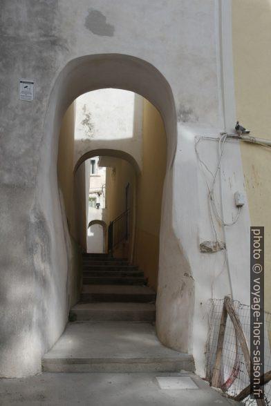 Un passage dans le mur d'enceinte de Rodi Garganico. Photo © Alex Medwedeff