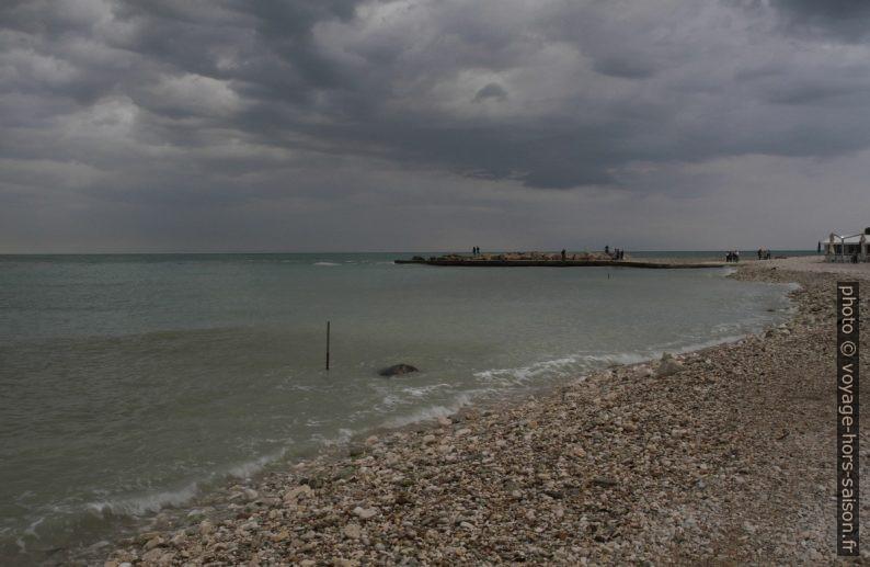 Spiaggia di Portonovo par temps couvert. Photo © Alex Medwedeff