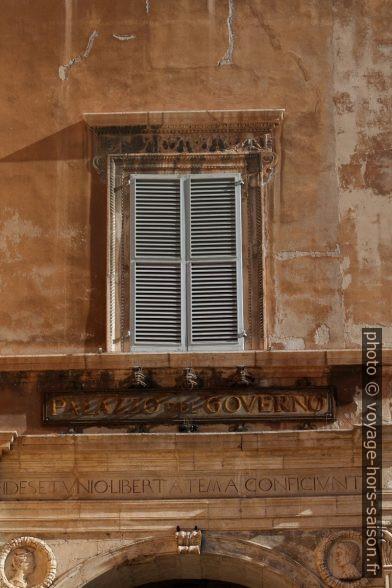 Une fenêtre du Palazzo del Governo d'Ancôna. Photo © André M. Winter