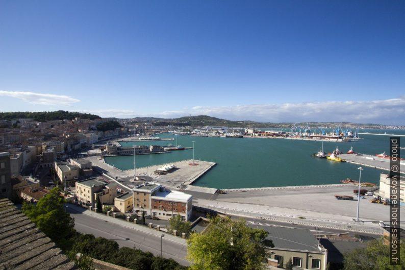 Bassin du port d'Ancône. Photo © André M. Winter