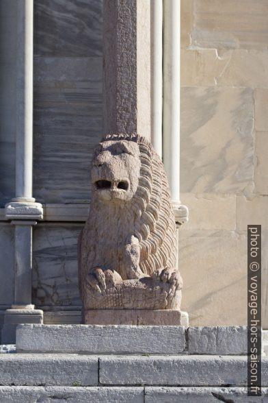Lion stylophore droit de la cathédrale d'Ancône. Photo © André M. Winter