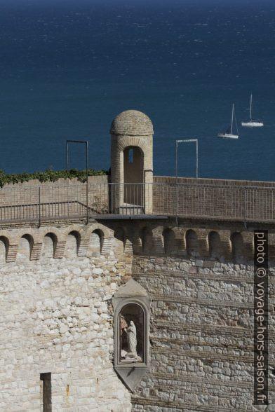 Échauguette du mur d'enceinte d'Ancône au-dessus de l'amphithéâtre romain. Photo © André M. Winter