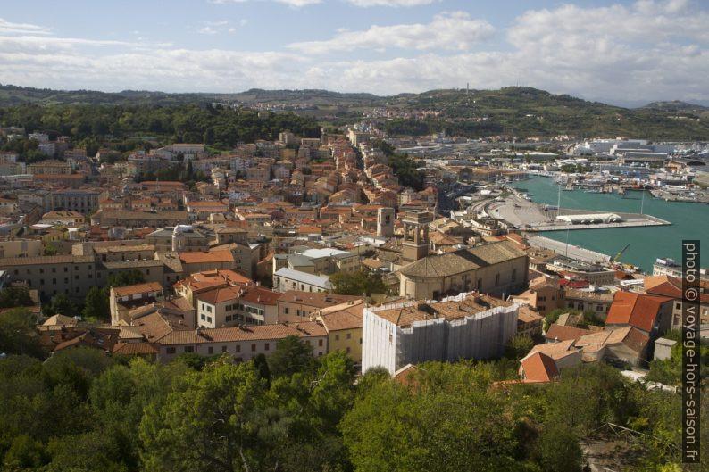 La ville vue de l'ancien phare d'Ancône. Photo © Alex Medwedeff
