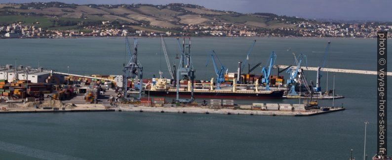 Grues portuaires du Molo Sud d'Ancône. Photo © André M. Winter