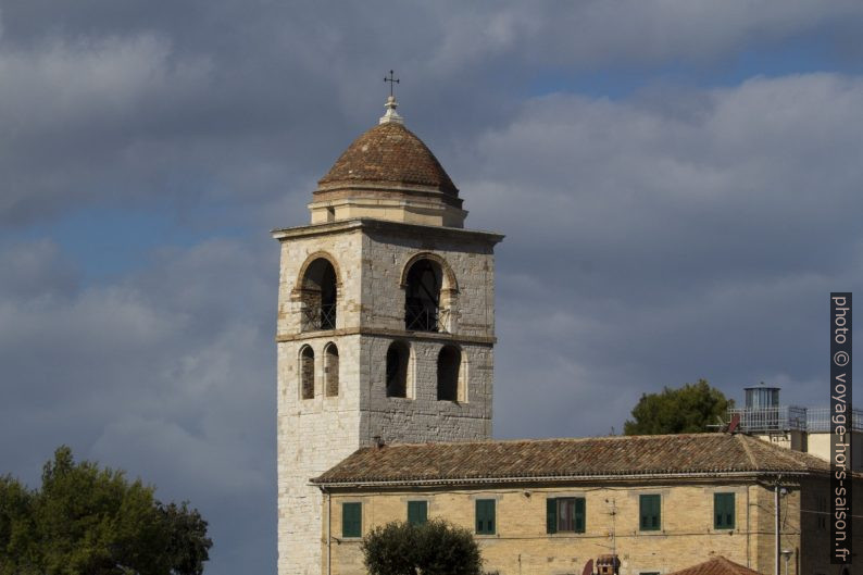 Le campanile de cathédrale vu de l'ancien phare d'Ancône. Photo © André M. Winter