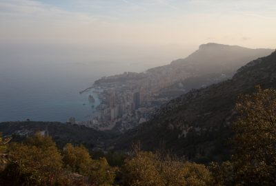 Vue sur Monaco. Photo © Alex Medwedeff