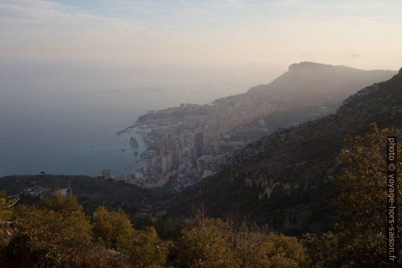 Vue sur Monaco. Photo © Alex Medwedeff