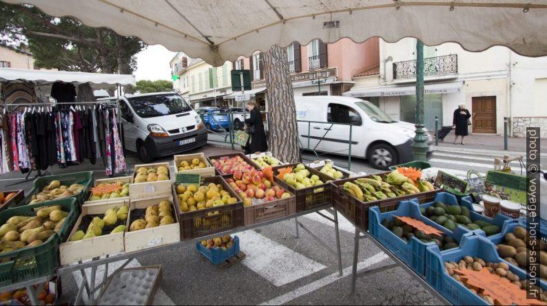 Étals de fruits au marché de la Turbie. Photo © André M. Winter