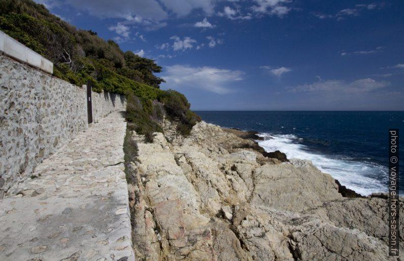 Soleil sur le sentier du littoral sur la Presqu'île du Cap Ferrat. Photo © André M. Winter