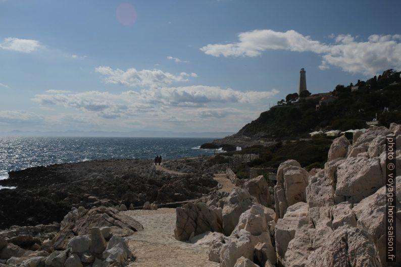 Sentier du littoral à la Pointe Causinière et le phare du Cap Ferrat. Photo © Alex Medwedeff