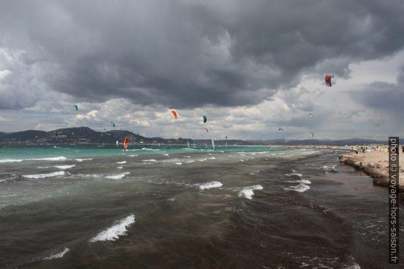 Voiles de kite et de surfeurs à la Plage des Estagnets. Photo © Alex Medwedeff