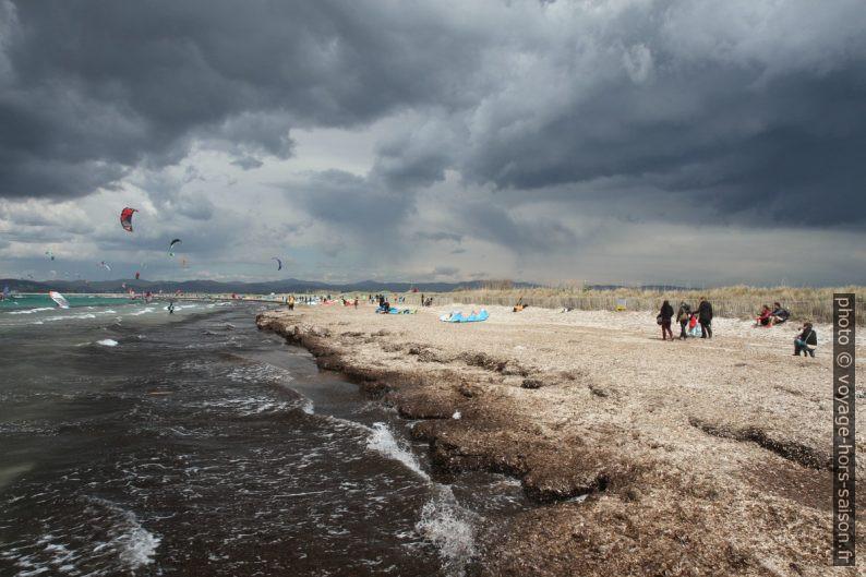 Grande activité à la Plage des Estagnets par vent fort. Photo © André M. Winter