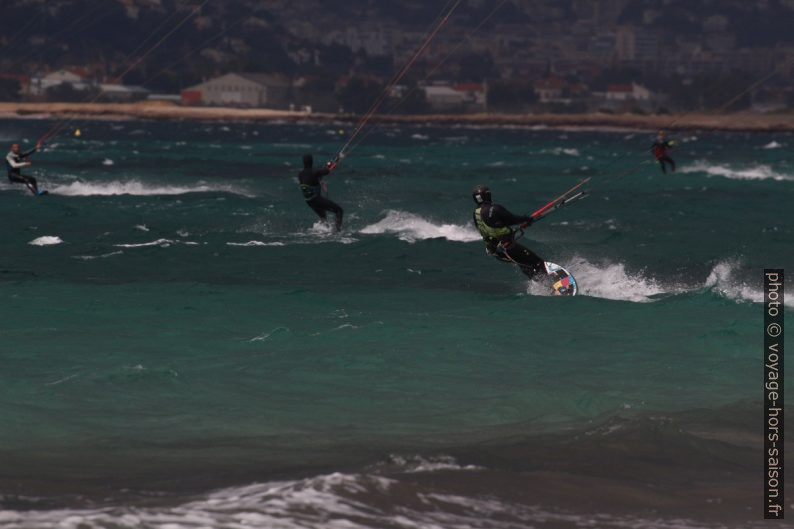 Kite-surfeurs à la plage des Estagnets au mois de mars. Photo © André M. Winter