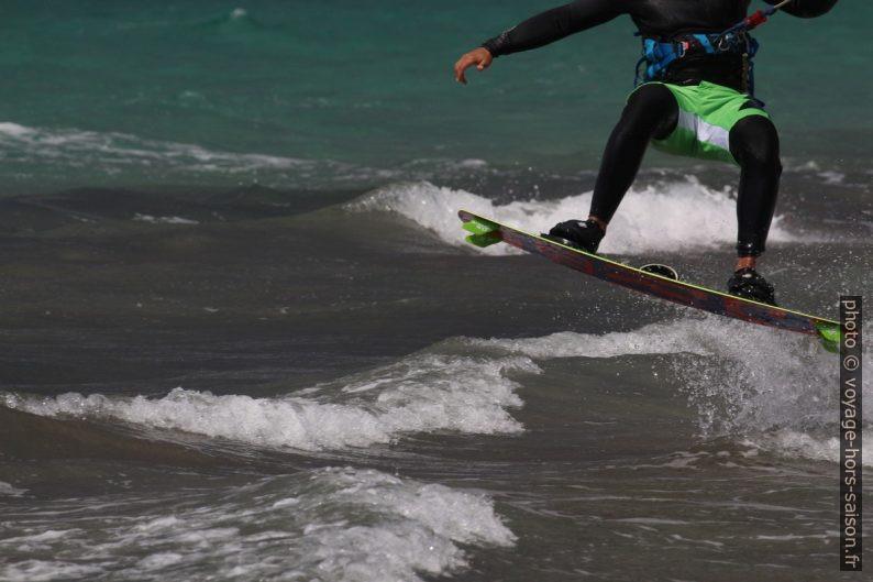 Kite-surfeur en train de sauter. Photo © André M. Winter