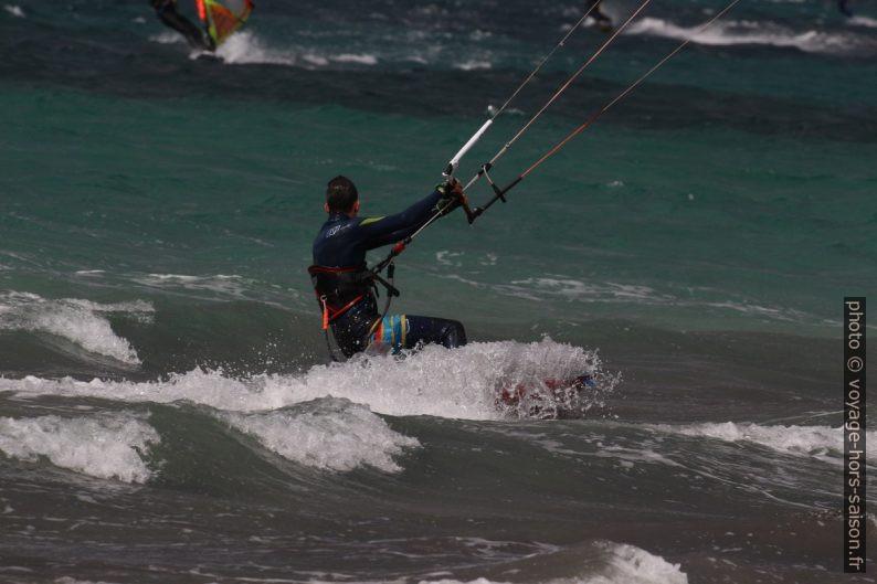 Kitesurfeur à la Plage des Estagnets au mois de mars. Photo © André M. Winter