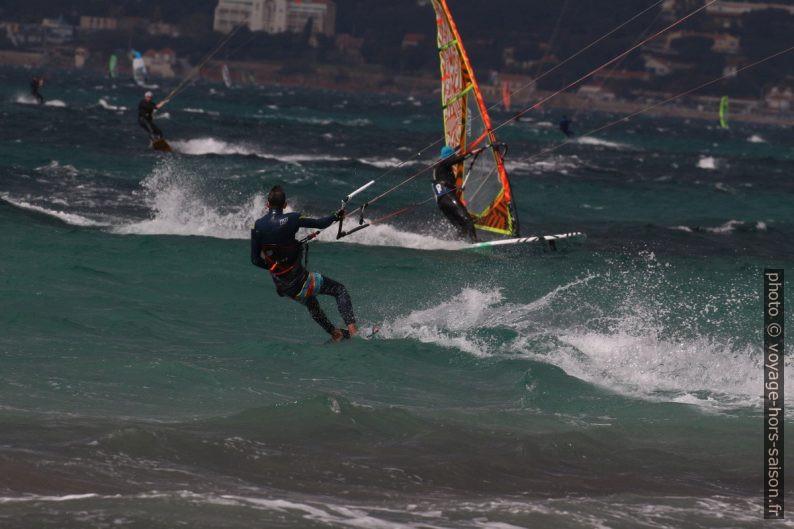 Kitesurfeur et véliplanchiste à la Plage des Estagnets. Photo © André M. Winter
