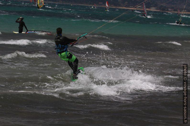 Kitesurfeur au mois de mars à la Plage des Estagnets. Photo © André M. Winter