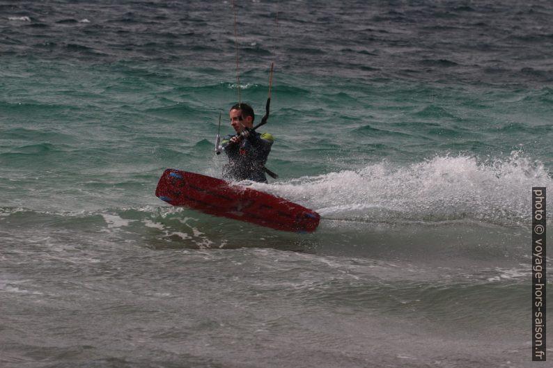 Kitesurfeur à la recherche de vitesse à la Plage des Estagnets. Photo © André M. Winter