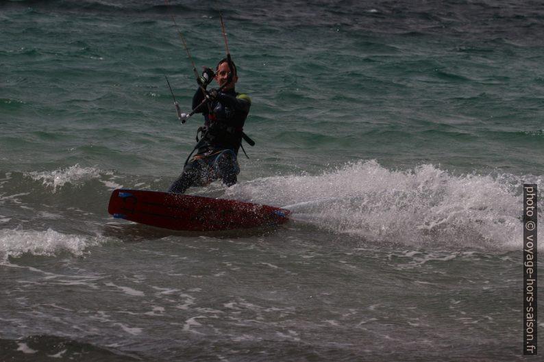 Kitesurfeur saluant le photographe avec le signe de shaka. Photo © André M. Winter