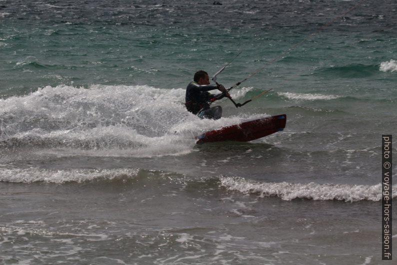 Kitesurfeur speedant à la Plage des Estagnets. Photo © André M. Winter