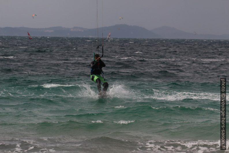 Amerrir en kite à la Plage des Estagnets. Photo © André M. Winter