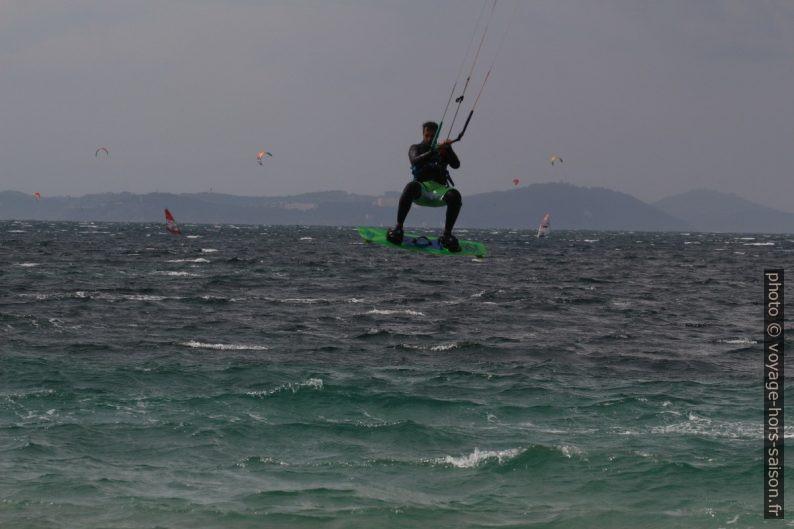 Saut de kitesurfeur à la Plage des Estagnets. Photo © André M. Winter