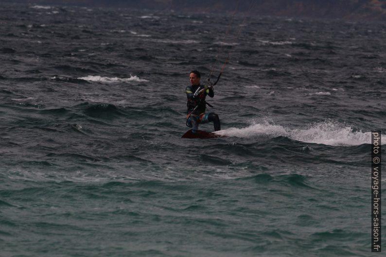 Kitesurfeur en mars à Giens. Photo © André M. Winter