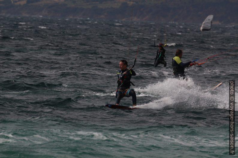 Kitesurfeurs en mars à Giens. Photo © André M. Winter