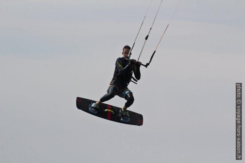 Kitesurfeur en suspension en l'air. Photo © André M. Winter