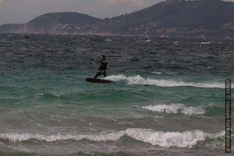 Kitesurfeur recherchant la vitesse. Photo © André M. Winter