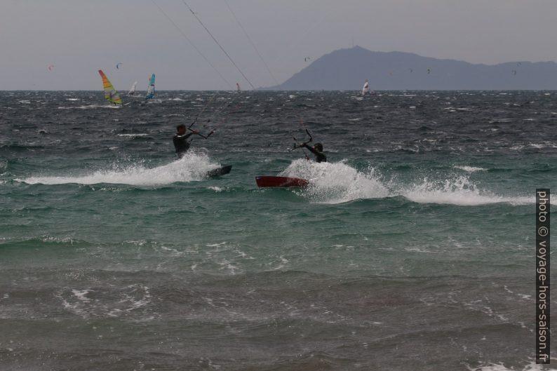 Croisement de kitesurfeurs recherchant la vitesse. Photo © André M. Winter